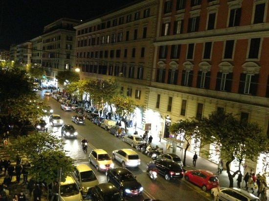 Rome Armony Suites: the view at night from window of Via Cola di Rienzo