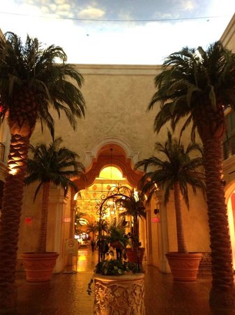 Tropicana Casino and Resort: Hallway near shops & restaurants.