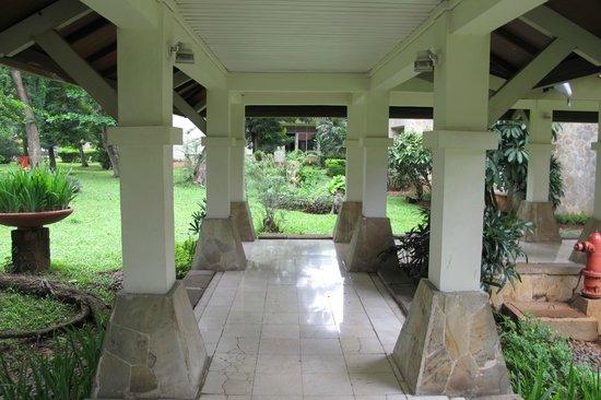 Bandara Hotel: through the gardens
