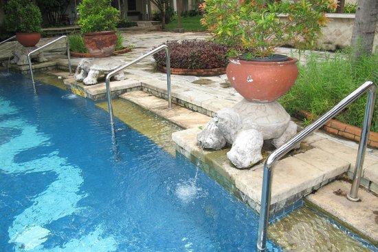 Bandara Hotel: around the pools