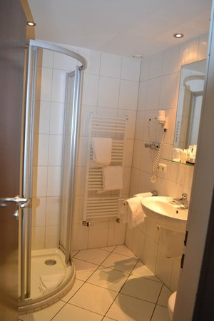 Hotel Aquis Grana:                   Roomy W.C. with Shower and plenty of Towels