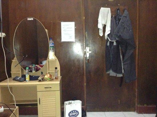 Hotel Melati Virgo : pintu kamar yang rusak