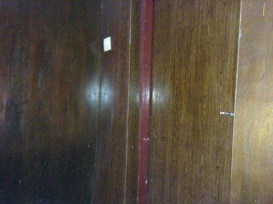 Hotel Melati Virgo : pintu kamar mandi