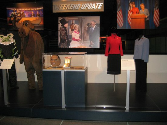 Newseum – Muzeum Newsów i Dziennikarstwa:                   SNL Headline News display with Tina Fey costumes.