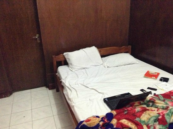 Hotel Melati Virgo : tempat tidur kotor bauk dan jelek