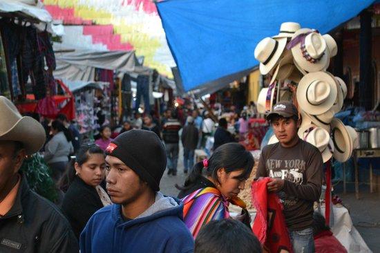 Hotel Museo Mayan Inn: El mercado de jueves y domingos muy cerca del hotel