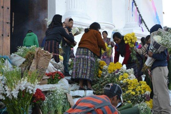 Hotel Museo Mayan Inn: Escalinata de la iglesia que se ve desde el hotel