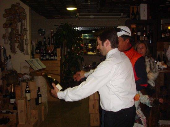Restaurante Oxala:                   a abrir uma das garrafas de champanhe de boas vindas