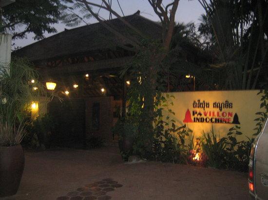 Pavillon Indochine Hotel: l'entrée de nuit après la balade des temples
