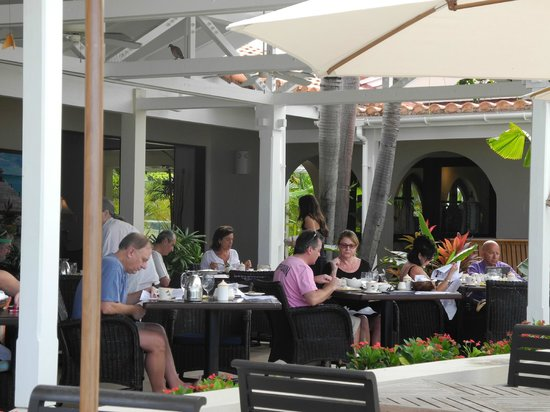 Jumby Bay, A Rosewood Resort: verandah restaurant for breakfast, lunch and dinner