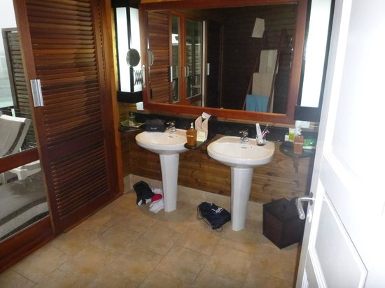Kuredu Island Resort & Spa:                   bathroom his and hers