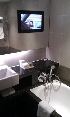 Sofitel London Heathrow: Luxury room bathroom
