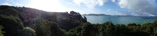 Te Kouma Bed and Breakfast: Panoramic view from the deck of the top room