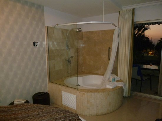 Royalty Suites: Bath in the room