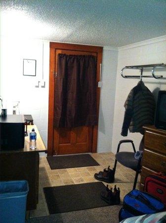 Pine Motel: Front door