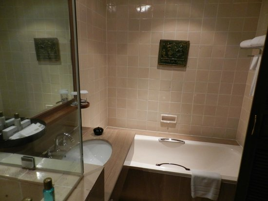 Chatrium Hotel Royal Lake Yangon: Modern upscale bathroom