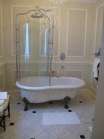 Oheka Castle: Terrific Bathroom