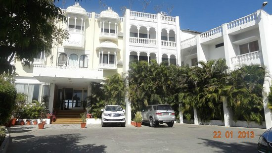 Hotel Hilltop Palace:                   Hotel front view