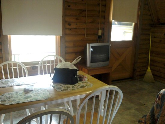 Riverside RV Park & Resort: Table & TV, River View Out These Windows