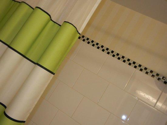 Fairfield Inn & Suites Harrisburg West: clean shower curtains