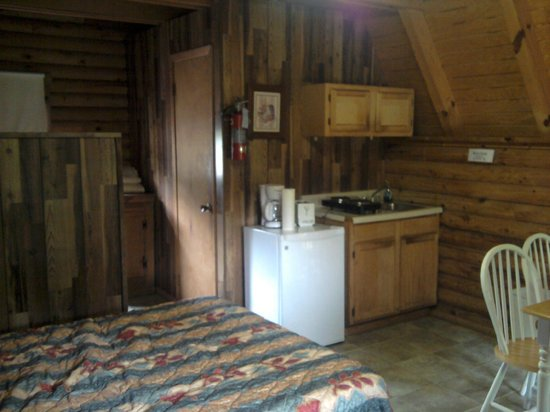 ‪‪Riverside RV Park & Resort‬: Standard Cabin taken from Door‬