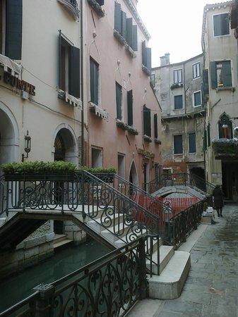 Hotel Ca' dei Conti: Entrées de l'hôtel avec ponts privatifs