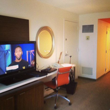 Renaissance Concourse Atlanta Airport Hotel: view of room with TV