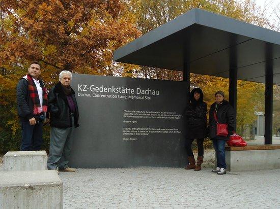 Dachau Concentration Camp Memorial Site:                   ENTRADA PARA O CAMPO