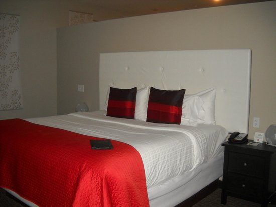 Belamere Suites Hotel: king bed