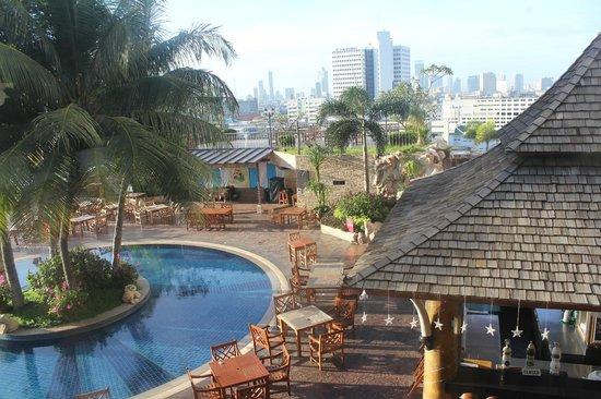 Prince Palace Hotel : area kolam renang dan bar tepi kolam