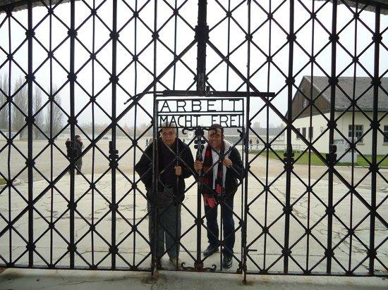 Dachau Concentration Camp Memorial Site:                   PORTÃO PRINCIPAL