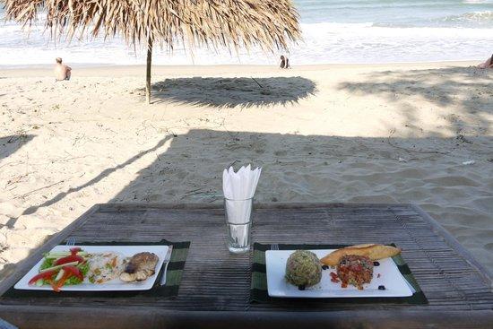 Banyan Beach Bar and Restaurant: enjoy good food just on the beach!