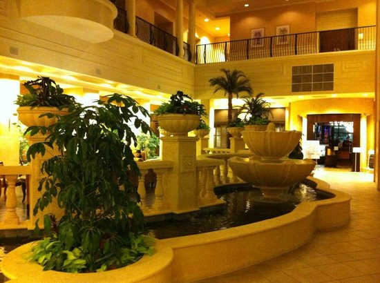 Embassy Suites by Hilton Tampa - Downtown Convention Center: Gorgeous fountain right when you walk in