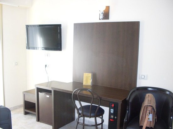 Kn Columbus Aparthotel: Bedroom with pay tc and fridge