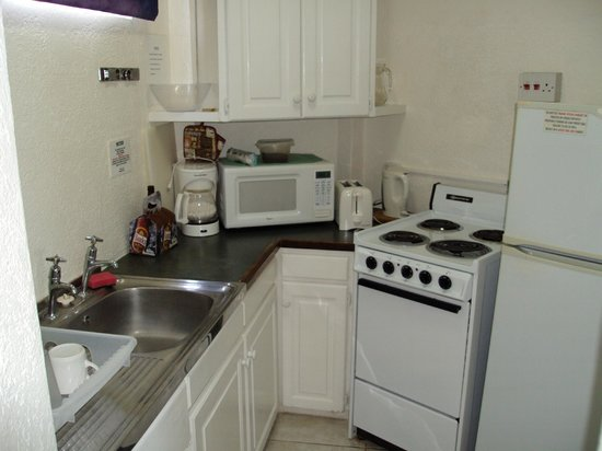 Southern Surf Beach Apartments: Well Equipped Kitchen
