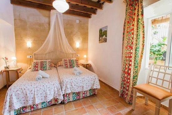 Apartamentos El Patio Andaluz: Habitación con dos camas individuales y dosel...muy romántico.