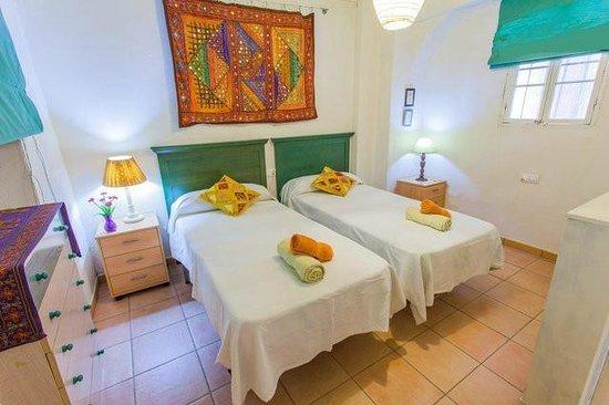 Apartamentos El Patio Andaluz: Habitación con dos camas individuales + 1 cama supletoria, estilo moderno y muy tranquila.