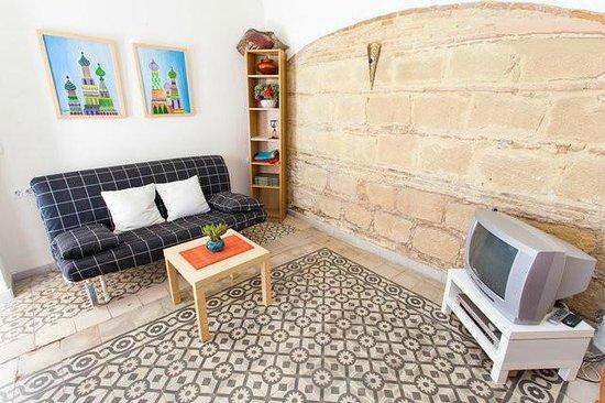 Apartamentos El Patio Andaluz: Salón con comedor, t.v., d.v.d. y sofá cama muy cómodo y grande