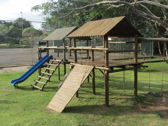 Port Edward Holiday Resort: Jungle gym and tennis courts