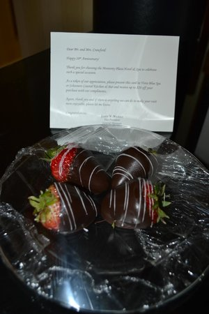 Monterey Plaza Hotel & Spa: Strawberries left in our room
