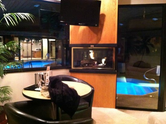 Sybaris Frankfort:                   Dining area, fireplace.