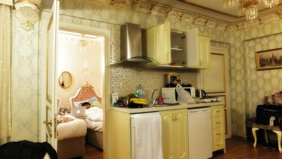 Romantic Mansion : Kitchenette and the twin room.