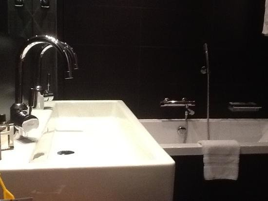 Pullman Barcelona Skipper:                   bathroom