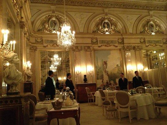 Hotel Foyer Le Pont Paris : Floral arrangement in foyer picture of hotel de paris