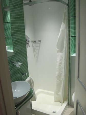 Harlingford Hotel : Shower, much like a cruise ship size- Clean