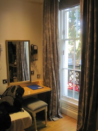 Harlingford Hotel: Windows and functional small desk