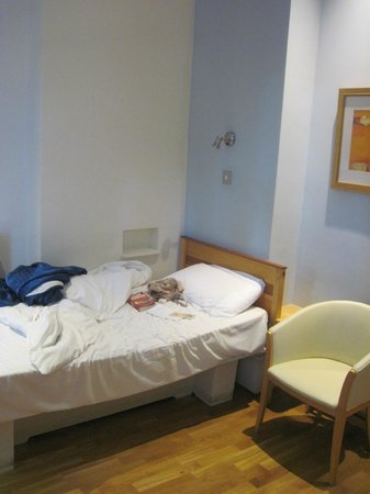 Harlingford Hotel: Bed on left, one on right identical- super comfy!