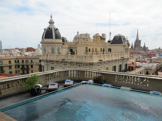 Hotel Ohla Barcelona:                   amazing view from the pool/bar area