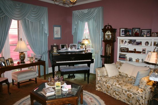 Amelia Payson House:                   Ada & Don's beautiful lounge.