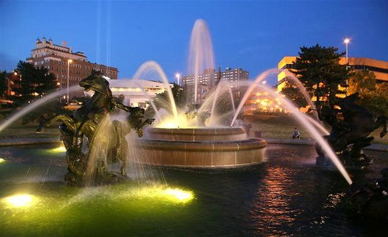 KC Fountains: Nichols Fountain at night